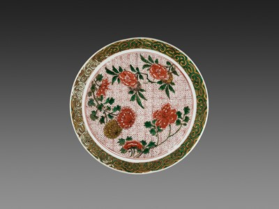 Lot 190 - A POLYCHROME ENAMELED 'CHRYSANTHEMUM AND PEONY' CIRCULAR TRAY, TIANQI