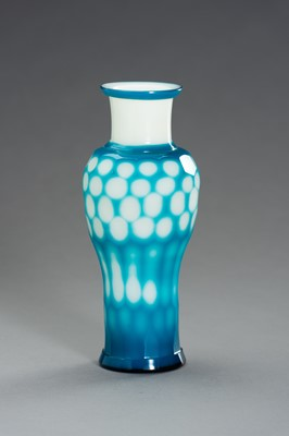 Lot 88 - A FACETED BLUE OVERLAY PEKING GLASS VASE