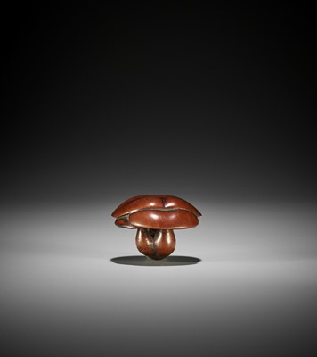 Lot 140 - A WOOD NETSUKE OF A CLUSTER OF SHIMEJI MUSHROOMS