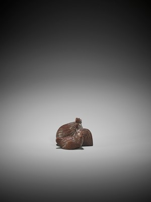 Lot 49 - A SUPERB WOOD NETSUKE OF A COCKEREL AND HEN