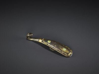 Lot 507 - A BRONZE BELT HOOK, WARRING STATES