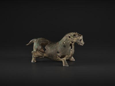 Lot 572 - A SUPERB BRONZE FIGURE OF A BULL, LATE WARRING STATES TO EARLY HAN DYNASTY