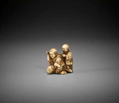Lot 319 - ONO RYOMIN II: A FINE AND AMUSING IVORY NETSUKE OF THREE BOYS AT PLAY