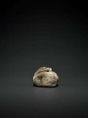 Lot 82 - A 'CHICKEN BONE' AND BLACK JADE 'GOOSE' PENDANT, MING DYNASTY