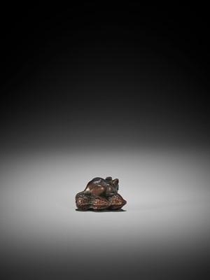 Lot 95 - A YAMADA SCHOOL WOOD NETSUKE OF A RAT ON PEANUTS