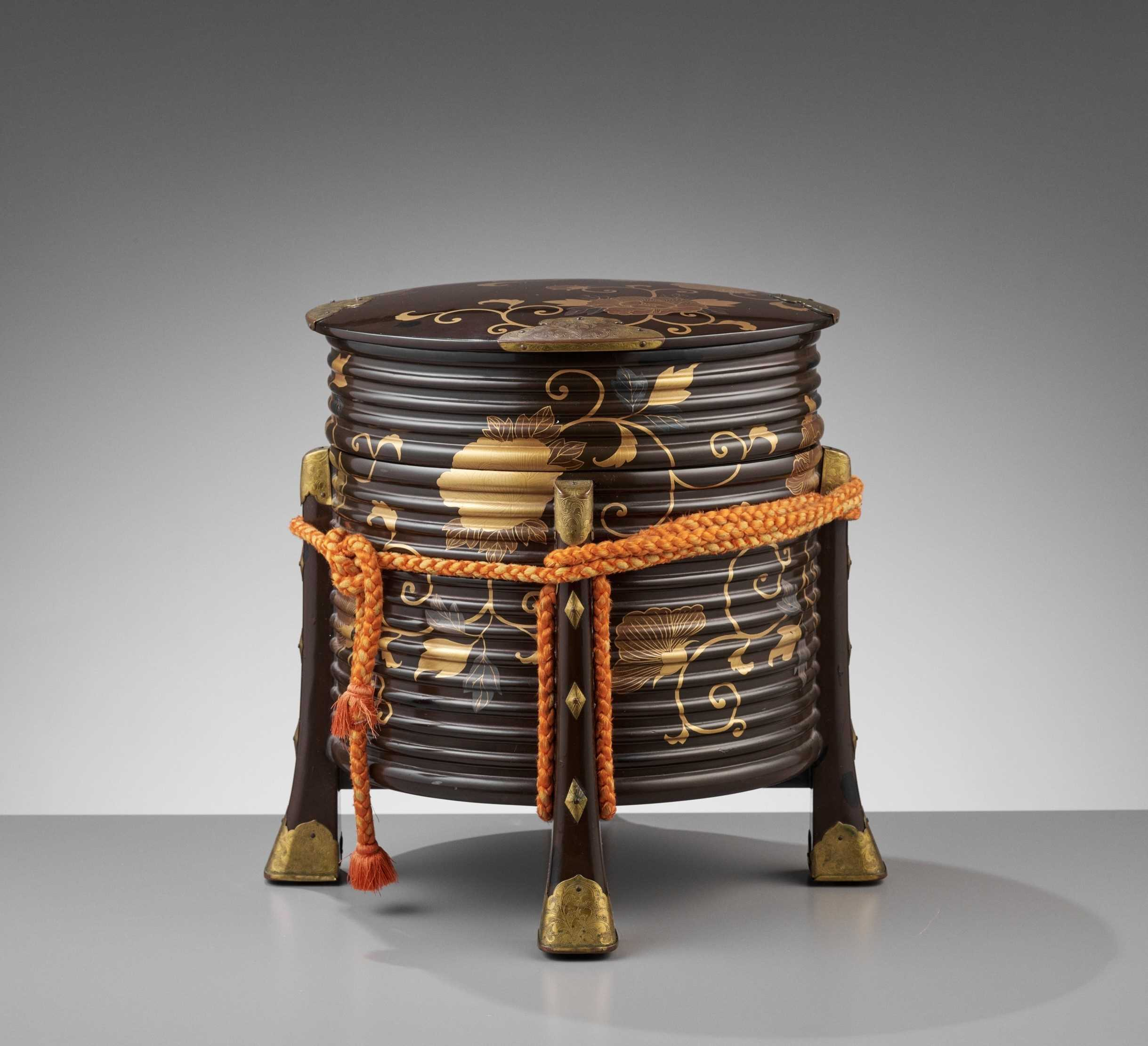 Lot 115 - A GOLD AND BLACK LACQUER HOKAI (COVERED FOOD CONTAINER)