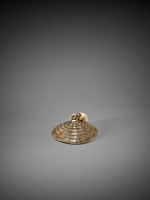 Lot 44 - A FINE KYOTO SCHOOL IVORY NETSUKE OF A SMALL RAT ON A STRAW HAT