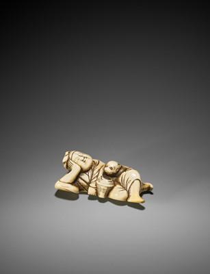 Lot 1 - A GOOD IVORY NETSUKE OF A SLEEPING SARUMAWASHI AND THIEVING MONKEY