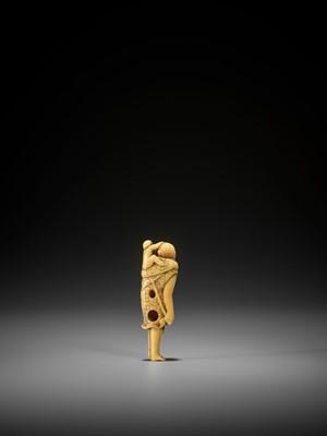 Lot 4 - AN UNUSUAL AND EARLY IVORY NETSUKE OF A MONKEY AS A SARUMAWASHI