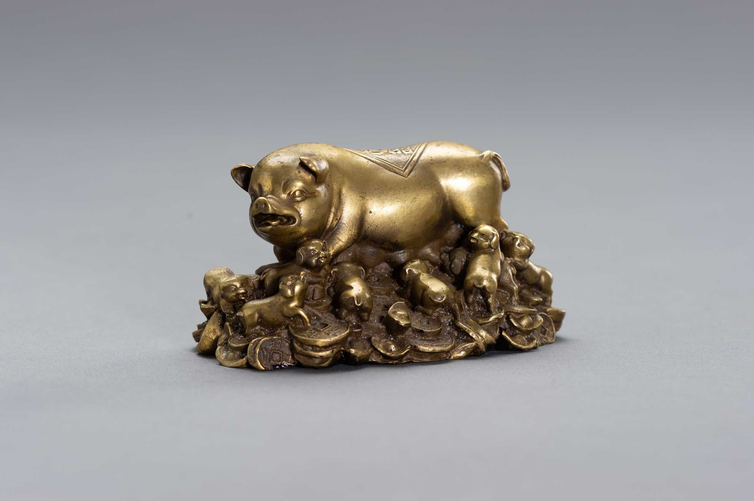 Lot 31 - A BRONZE LUCKY CHARM OF A SOW WITH HER YOUNG