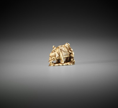 Lot 254 - KINRYUSAI TOMOTATE: AN IVORY NETSUKE OF BLIND MEN AND ELEPHANT