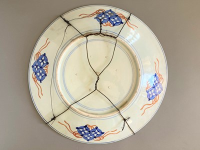 Lot 134 - A LARGE IMARI PORCELAIN CHARGER WITH SHIBA ONKO AND CRANES