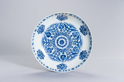 Lot 319 - A BLUE AND WHITE PORCELAIN 'FLORAL' CHARGER FOR THE ISLAMIC MARKET, KANGXI