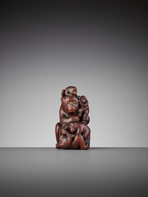 Lot 152 - A WOOD OKIMONO OF A MONKEY WITH FOUR YOUNG