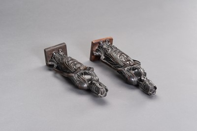 Lot 8 - A PAIR OF JAPANESE BRONZE FIGURES DEPICTING KANNON
