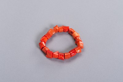 A LOT OF EIGHTEEN CORAL BEADS