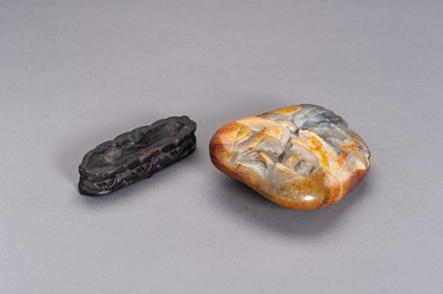 A GRAY AND RUSSET JADE BOULDER WITH IMMORTALS, LATE QING TO REPUBLIC