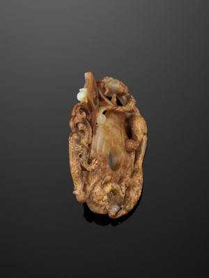 Lot 82 - A CELADON AND RUSSET JADE SHE-SHAPED 'CHILONG AND PHOENIX' PLAQUE, HAN DYNASTY