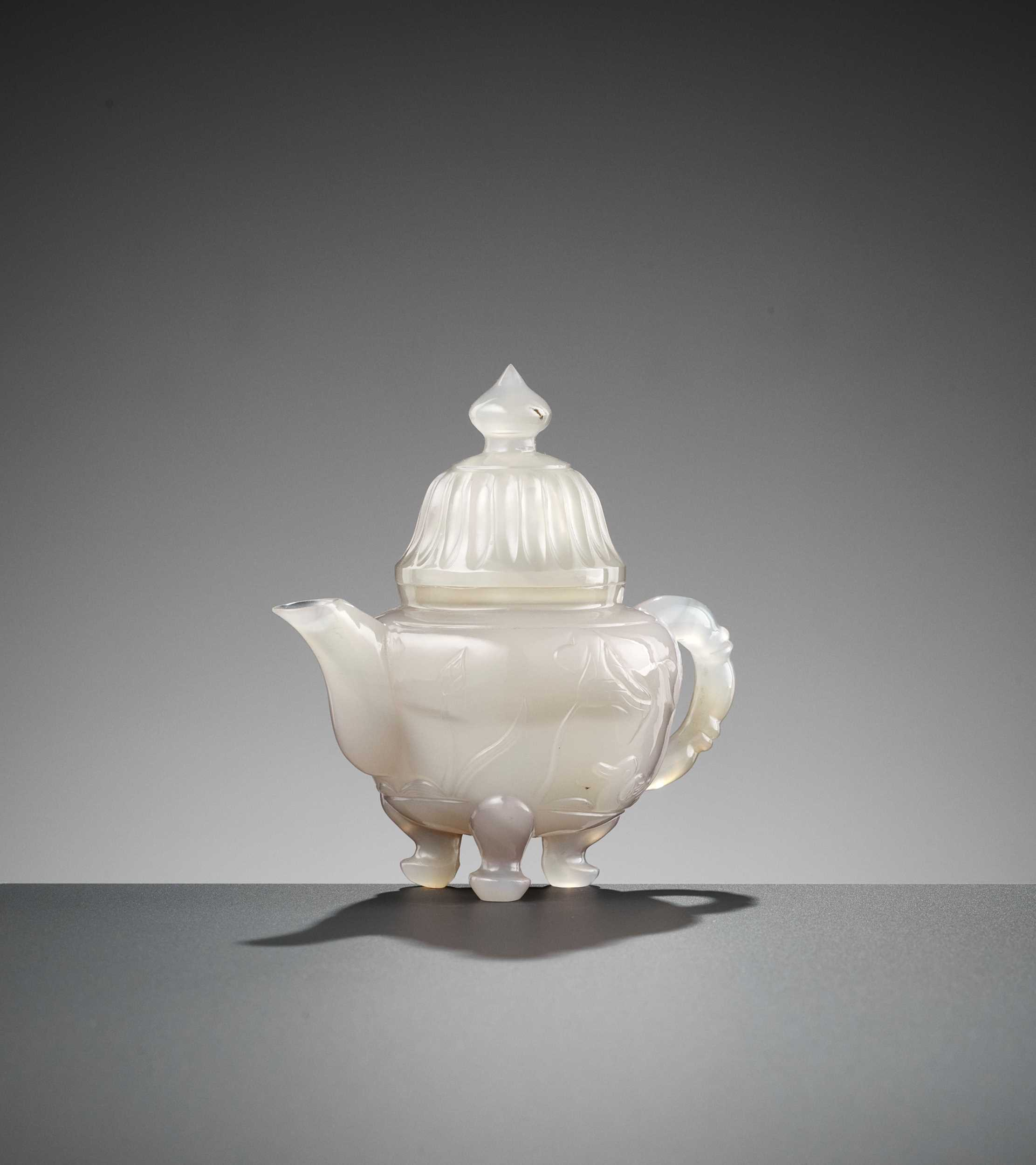Lot 32 - A MUGHAL-STYLE AGATE EWER AND COVER, LATE QING TO REPUBLIC