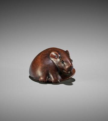 Lot 132 - MOTOKAZU: A FINE WOOD NETSUKE OF A RAT WITH EDAMAME BEAN POD
