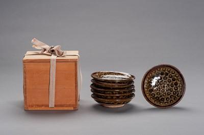 Lot 185 - NARUKE SUSUMU: A SET OF GLAZED CERAMIC DISHES IN WOODEN BOX