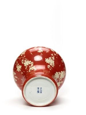 Lot 179 - MAKUZU KOZAN (1842-1912): A FINE PORCELAIN VASE WITH BLOSSOMING WISTERIA