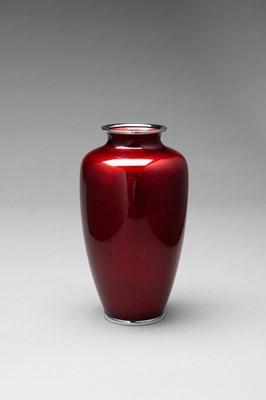 Lot 84 - ANDO: A RED GINBARI CLOISONNÉ VASE
