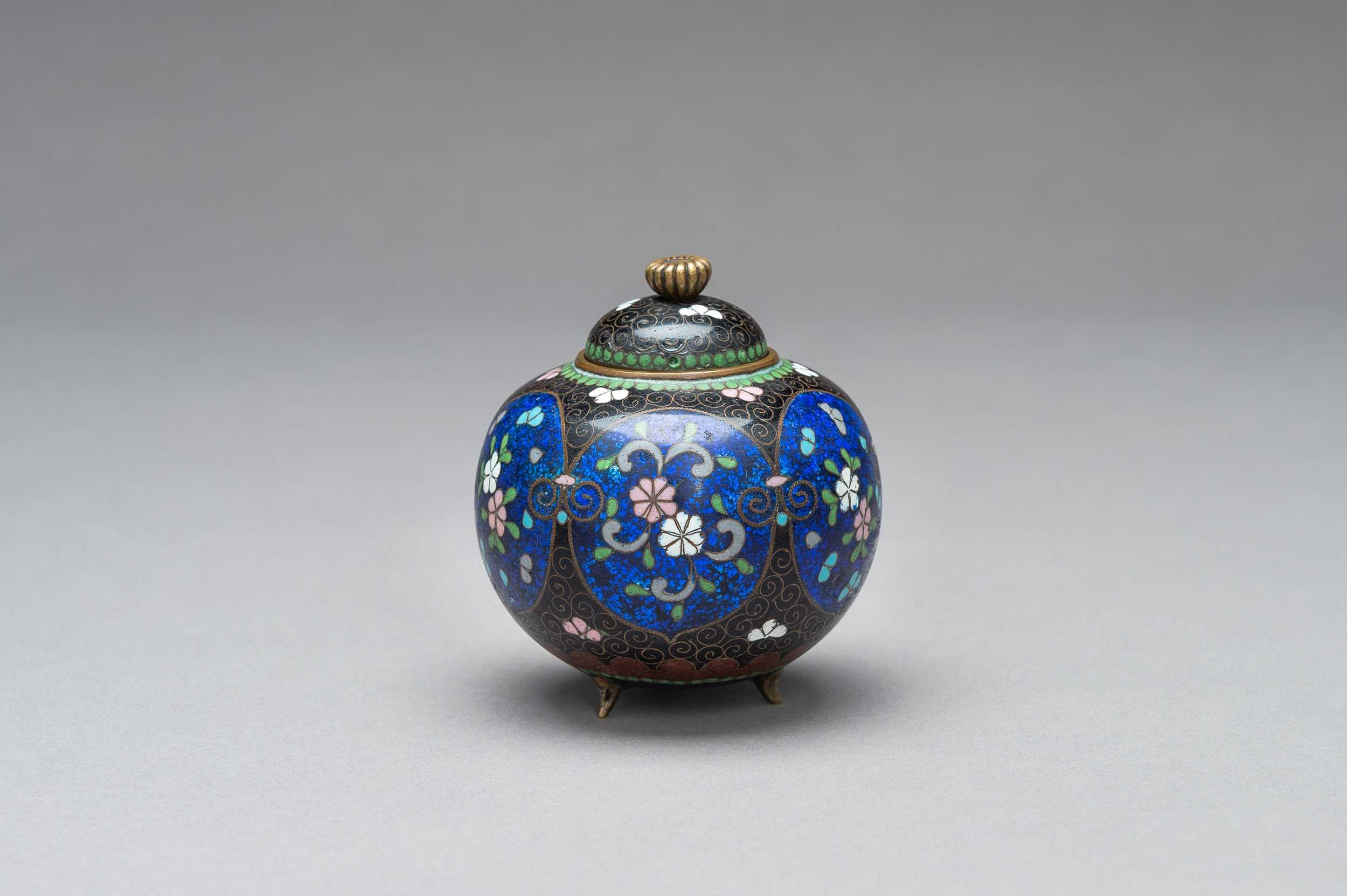 Lot 76 - A CLOISONNÉ KORO WITH COVER