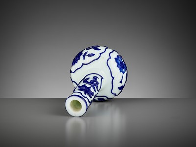 Lot 21 - A BLUE OVERLAY WHITE GLASS BOTTLE VASE, GUANGXU MARK AND PERIOD