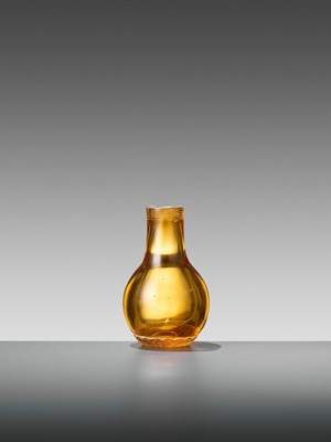 Lot 20 - AN AMBER GLASS MINIATURE BOTTLE VASE, TONGZHI MARK AND PERIOD
