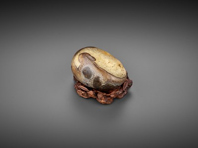 Lot 30 - A RARE AGATE 'RECUMBENT HARE' PEBBLE, SONG TO EARLY MING DYNASTY