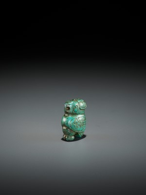 Lot 56 - A TURQUOISE MATRIX PENDANT DEPICTING AN OWL, LATE SHANG DYNASTY