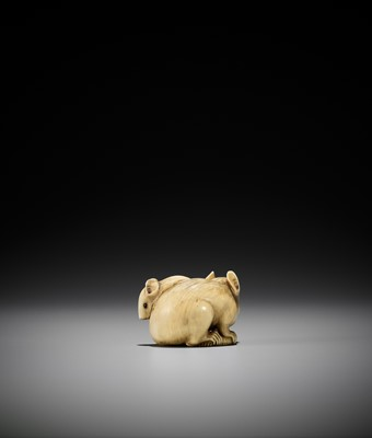 Lot 51 - A POWERFUL AND LARGE KYOTO SCHOOL IVORY NETSUKE OF A RAT AND YOUNG