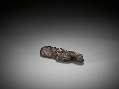 Lot 29 - A RARE AND EARLY WOOD NETSUKE OF A DRAGON, DUAL-FUNCTION AS BRUSHREST