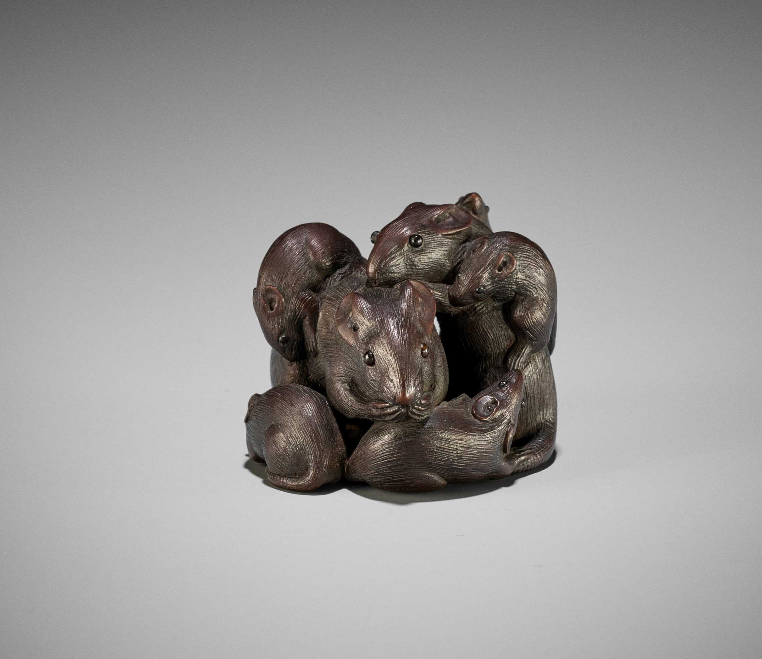 Lot 75 - A WOOD NETSUKE OF A CLUSTER OF RATS, ATTRIBUTED TO KAIGYOKUDO MASATERU